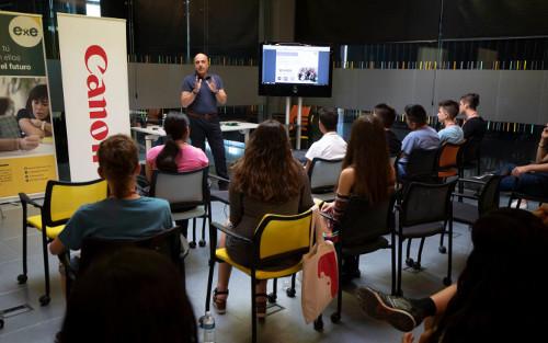 El fotógrafo Ángel Díaz imparte una clase magistral a jóvenes que estudian educación audiovisual
