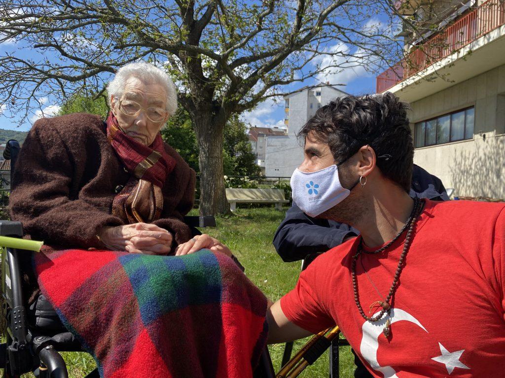 Brais Lorenzo visita a Elena Pérez en su 99 cumpleaños en la residencia San Carlos de Celanova.